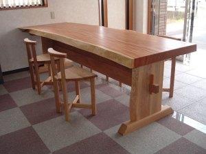 ケヤキ一枚板カウンターテーブルとカウンターチェア