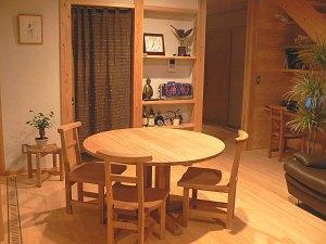 無垢丸テーブルと椅子