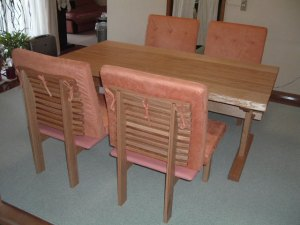 特注クッションチェアーとテーブル