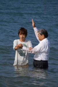 百道浜海岸でのバプテスマ。世界一大きな洗礼槽?
