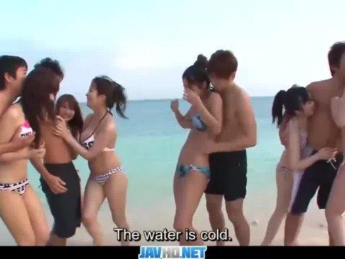 激カワで淫乱なギャル達が砂浜で大乱交!水遊びを楽しんでからチンポをおまんこに挿入するスワッピング動画