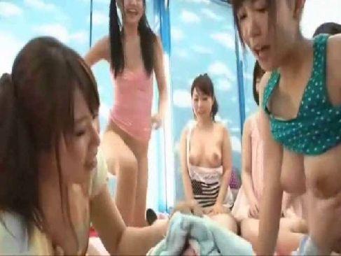 普通の性行為では満足できなくなった淫乱ギャル達の乱交動画!チンポを奪い合うようにセックスしてるsuwappinnku