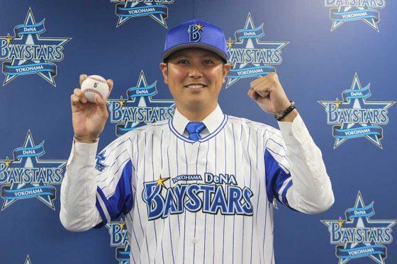 DeNA Miyaguni Ryosuke asistiendo a la conferencia de prensa[Fotografía cortesía de Yokohama DeNA BayStars]
