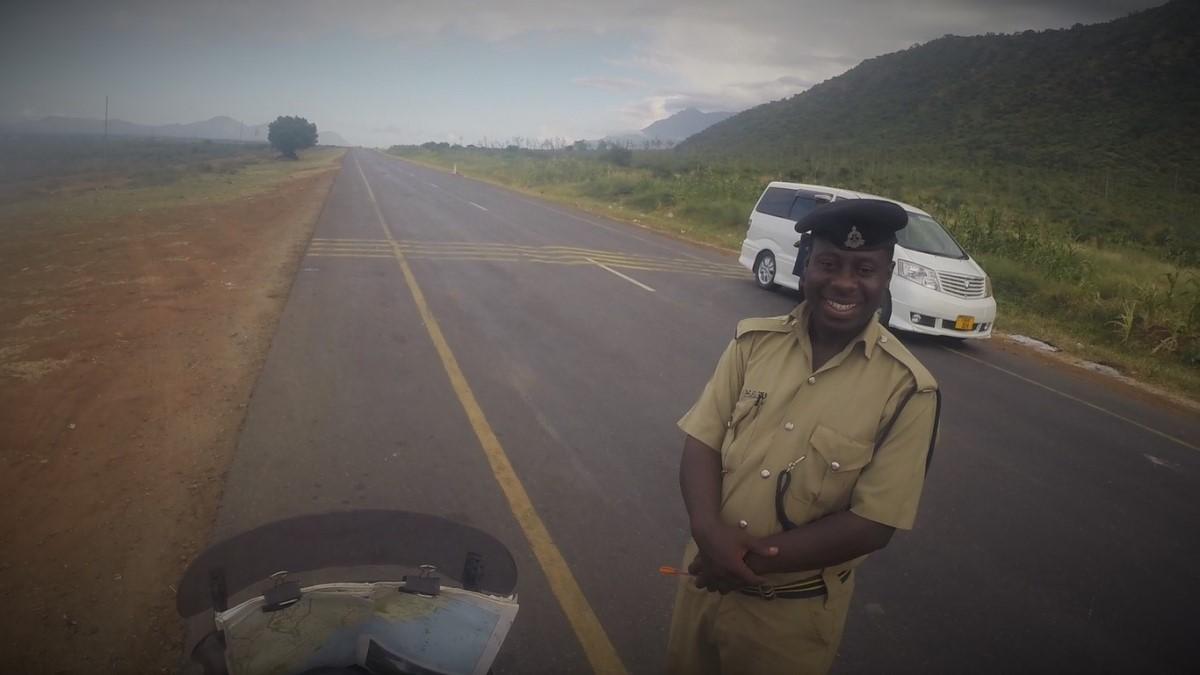 עם שוטר מקומי בטנזניה