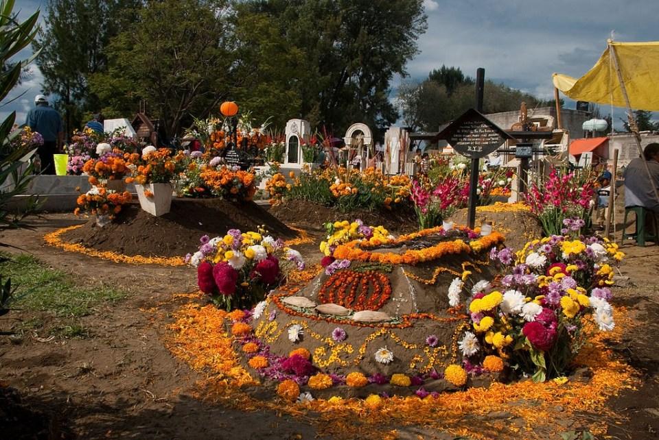 Day of the Dead in Tecomitl Cemetery, by Eneas de Troya (originally posted to Flickr as Panteón de Tecómitl)