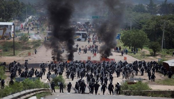 Standoff in Oaxaca. Photo by EFE on @Telesurenglish.