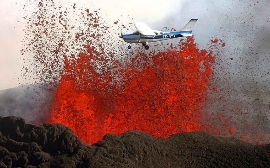 20. Смелый пилот совершает полет над вулканом Бардарбунга в Исландии. Фото: Solent News.
