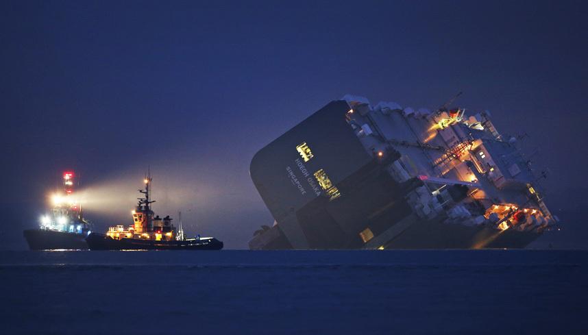 21. Буксировка грузового корабля в Осаке, после того как он сел на мель.