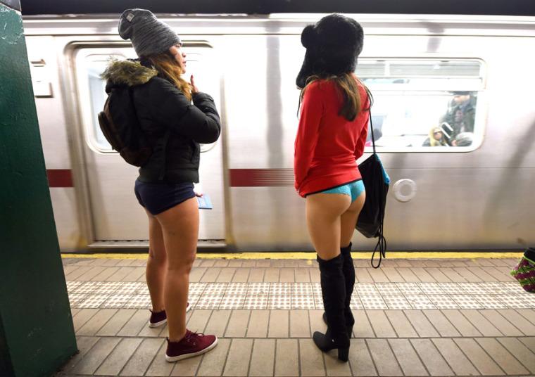 25. Две Нью-Йоркские девушки во время акции «В метро без штанов».
