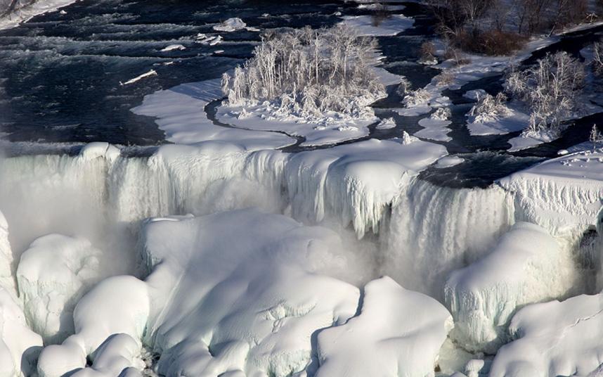 31. Замерзший Ниагарский водопад.