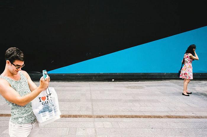 11. Как будто луч синего цвета выходит из камеры фотографа.