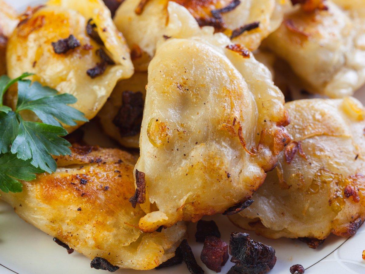 1. Польша, пироги. Начинкой может быть картофельное пюре, сыр, жареный лук, грибы, мясо, квашеная капуста или шпинат.