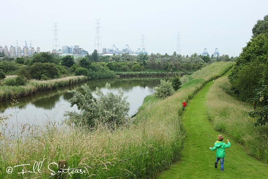 Walking on the dikes of the fort of Liefkenshoek