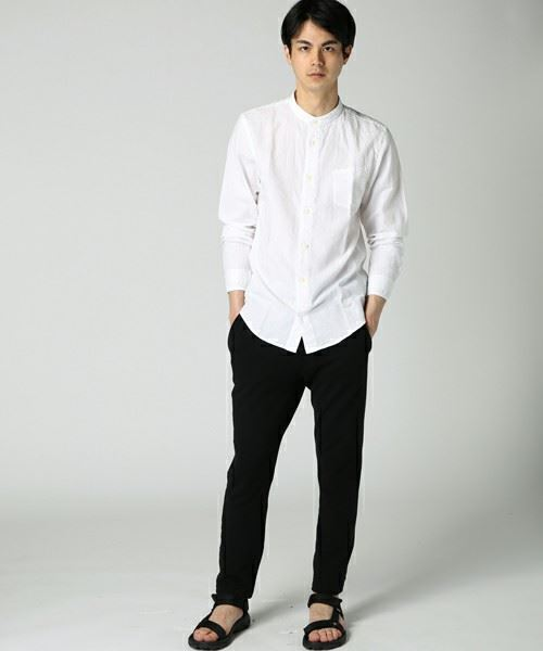 JOURNAL STANDARD白コットンリネンバンドカラーシャツ を着こなす男性