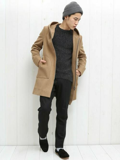 キャメルカラーのコートに黒スラックスを合わせたメンズコーデ