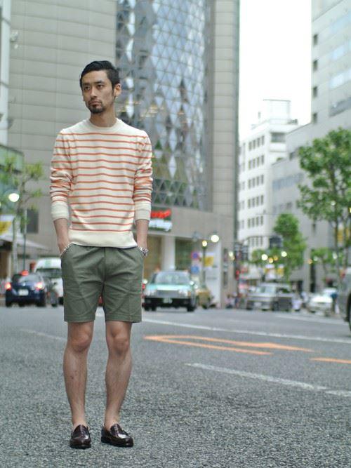 カーキショートパンツとオレンジボーダーTシャツのメンズコーディネート