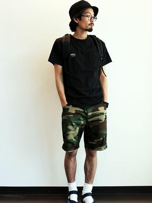 カモフラ柄ショートパンツと黒Tシャツのメンズコーディネート