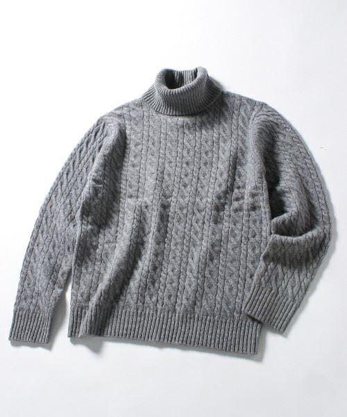 グレーのタートルネックニットセーター