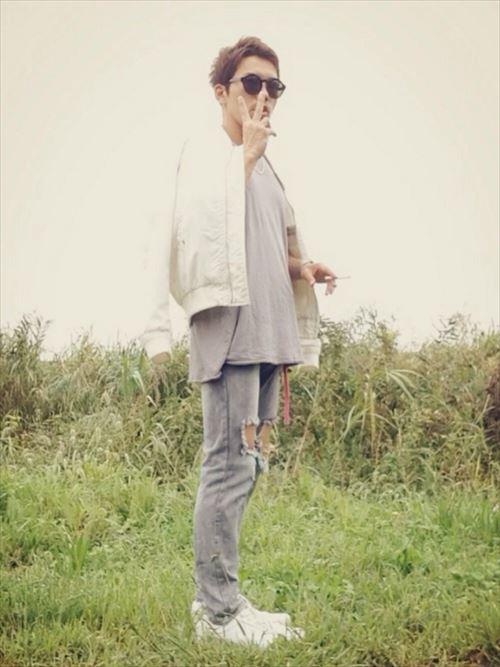 流行のロング丈Tシャツ・タンクトップを着こなした秋冬メンズコーディネート画像7