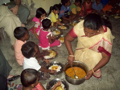 Time for food in a slum in Mumbai