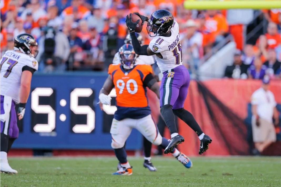 James Proche, wide receiver do Balimore Ravens, recepcionando passe contra o Denver Broncos
