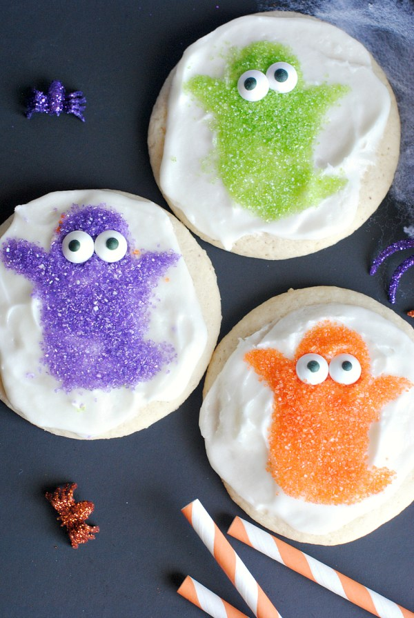 Easy Halloween Cookies-Cute Ghosts. This is a cute and fun Halloween treat to make with the kids or for the kids for a Halloween party this year. #halloween #cookies #halloweencookies #halloweetreats #ghosts #cutehalloween