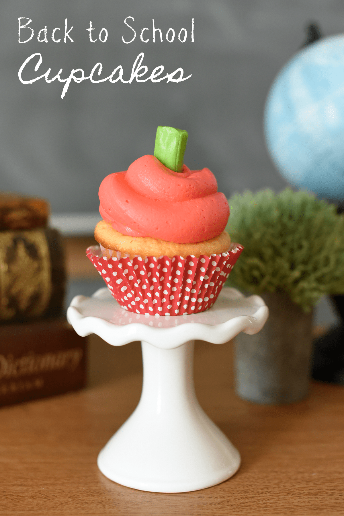 Back to School Cupcakes-Celebrate the kids' return to school with these easy to make apple cupcakes. So simple but so cute-great back to school ideas! #backtoschool #cupcakes