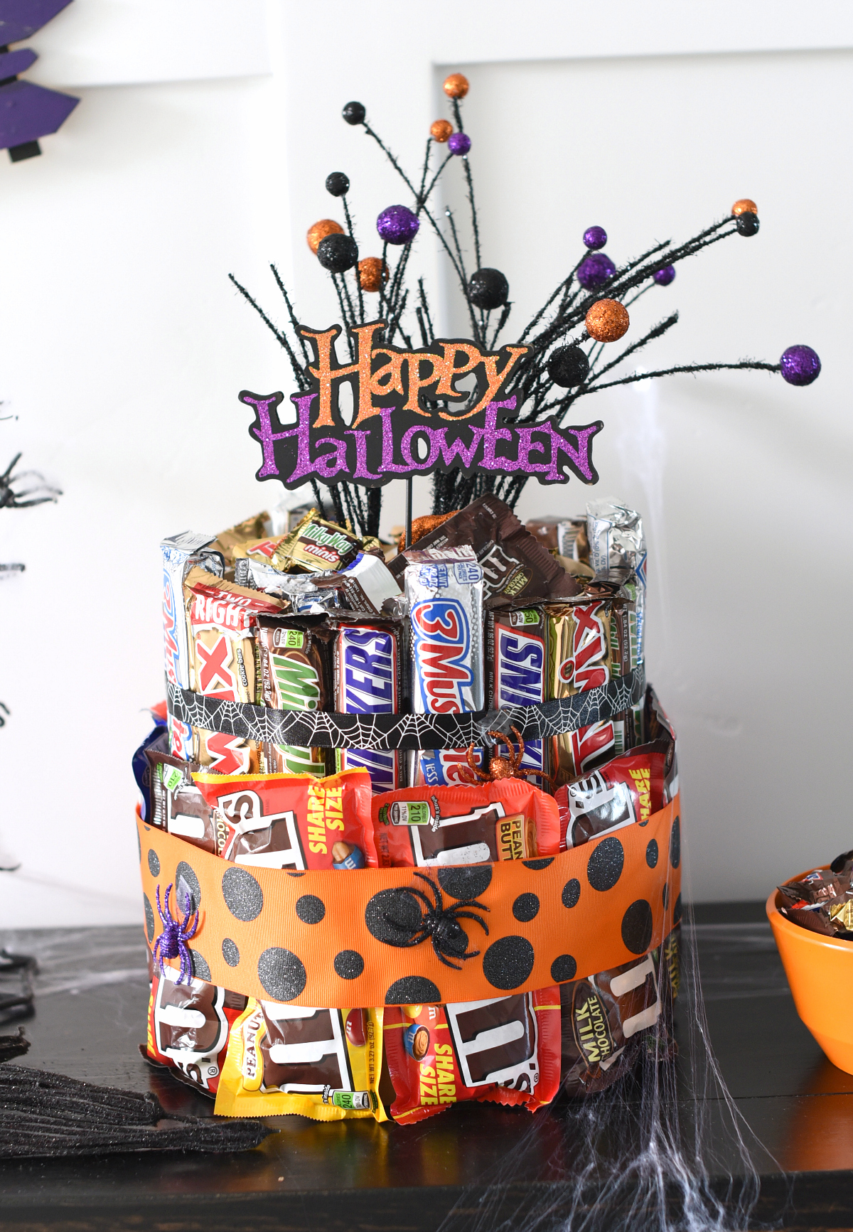Halloween Candy Cake-Make this cute Halloween candy cake as a centerpiece for your Halloween party or as a gift for a great friend! #Halloween #candy #halloweeparty #partydecor #centerpiece
