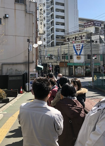 People in line to enter Sōgetsu