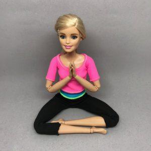 胸に親指をあてて瞑想