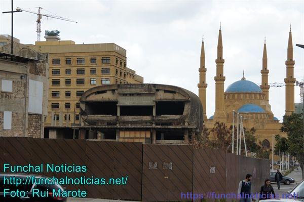 A guerra civil que durou 15 anos (entre cristãos e muçulmanos) dividiu a cidade por questões étnicas e religiosas. O templo cristão continua destruído, mas a mesquita está reerguida.