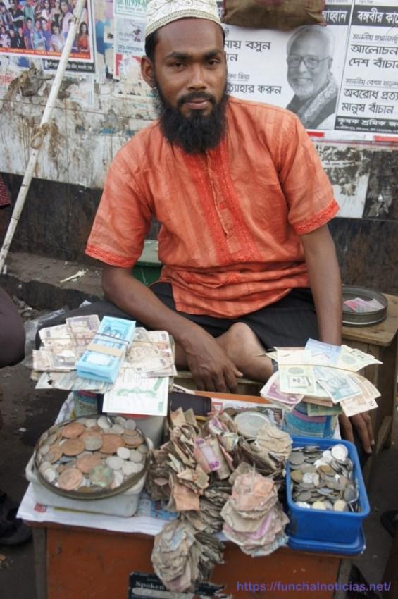 """Numa das ruas de Dhaka  ha diversas bancas para TROCA de notas velhas e maltratadas, como sejam com buracos e até com a nota incompleta, por novinhas da peça acabadas de sair da rotativa. É muito confuso e não pudemos apurar bem a natureza deste tipo de """"negócio""""..."""