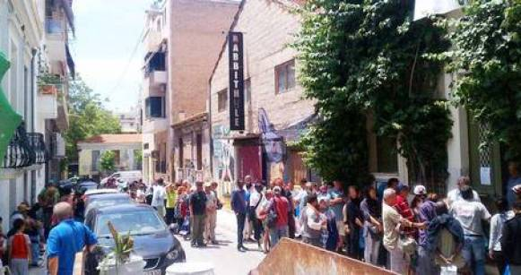 Gregos fazem fila para receber o seu almoço na