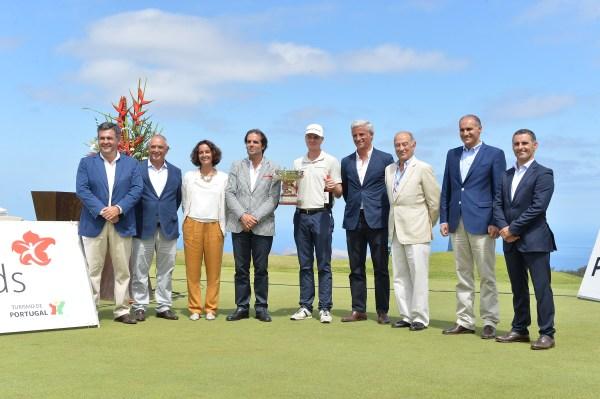 Roppe Kakko com a taça na cerimónia de entrega de prémios. (Helder Santos/ASpress)