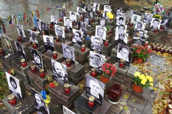 Aos que tombaram na Praça os tijolos servem-lhes de pedestal