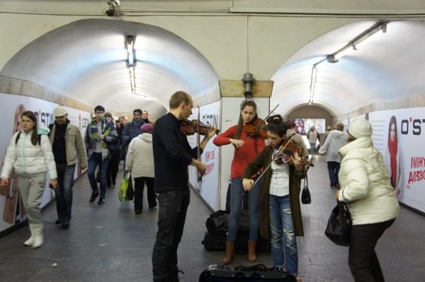 Metro de Kiev: apesar do movimento, há música para reduzir o stress!