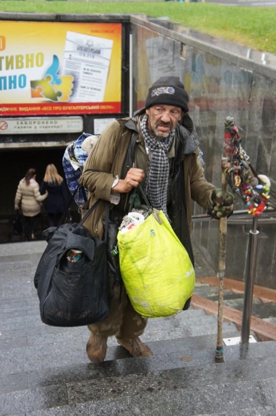 A pobreza alastra pelas ruas, tal como um pouco por toda a Europa...