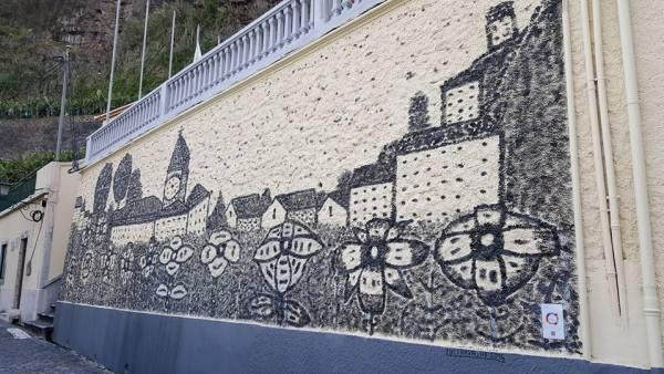Pintura de mural  Local, Rua Padre Leão Henriques (rua da Polícia). Tema: Caricatura da Vila da P. Sol florida, por Rui Carvalho.