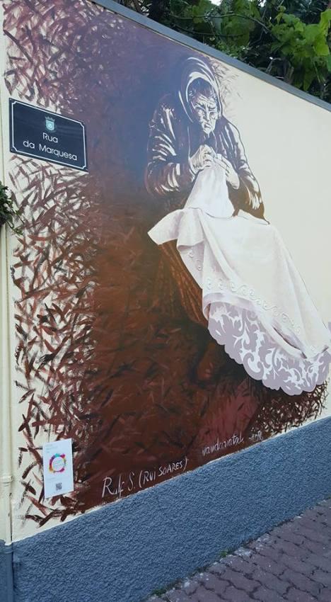 Pintura de mural, Rua da Marquesa. Tema: Bordadeira, por Rui Soares e Vanda Natal.