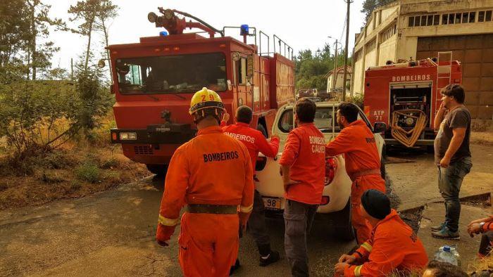 Bombeiros do aereoporto,  bombeiros da Calheta e bombeiros dos Açores no fogo na Freguesia dos Prazeres