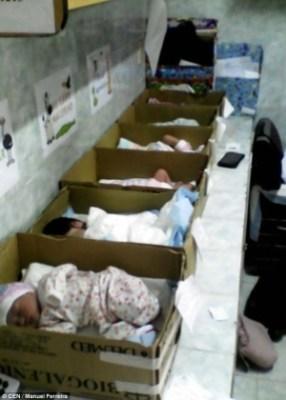 bebes-recem-nascidos-em-caixas-no-hospital-domingo-guzman-em-anzoategui-na-venezuela-1474482315980_300x420