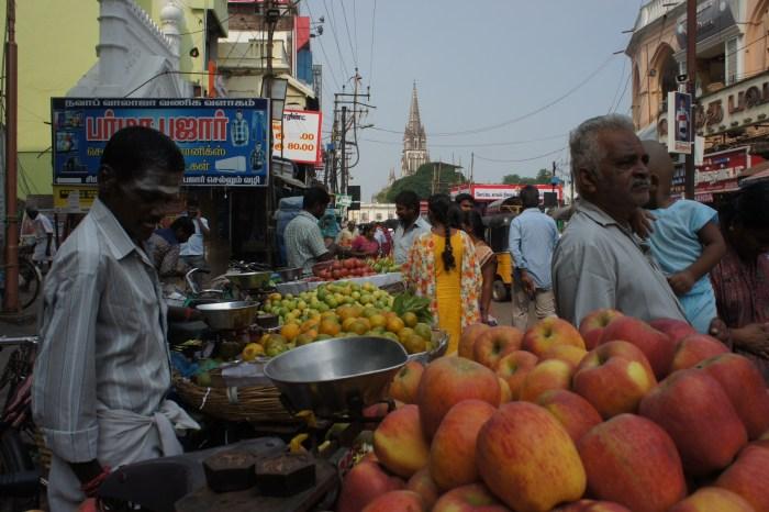 Na base do forte uma zona buliçosa com mercados de fruta e legumes