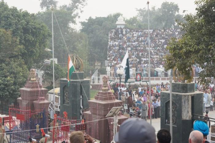 O arriar das bandeiras entre os dois vizinhos e rivais
