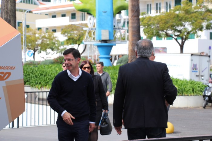 Secretário das Finanças, Rui Gonçalves, chega descontraído para votar- Foto: Fabíola Sousa