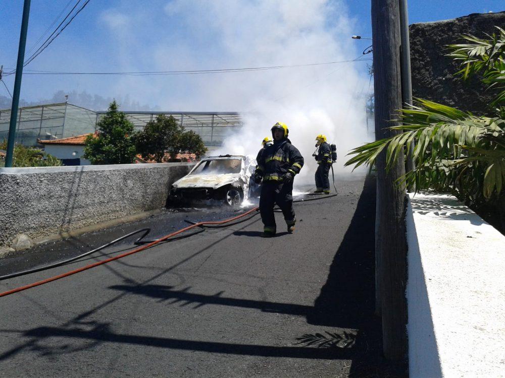 Táxi incendeia-se no Caminho de Ferro