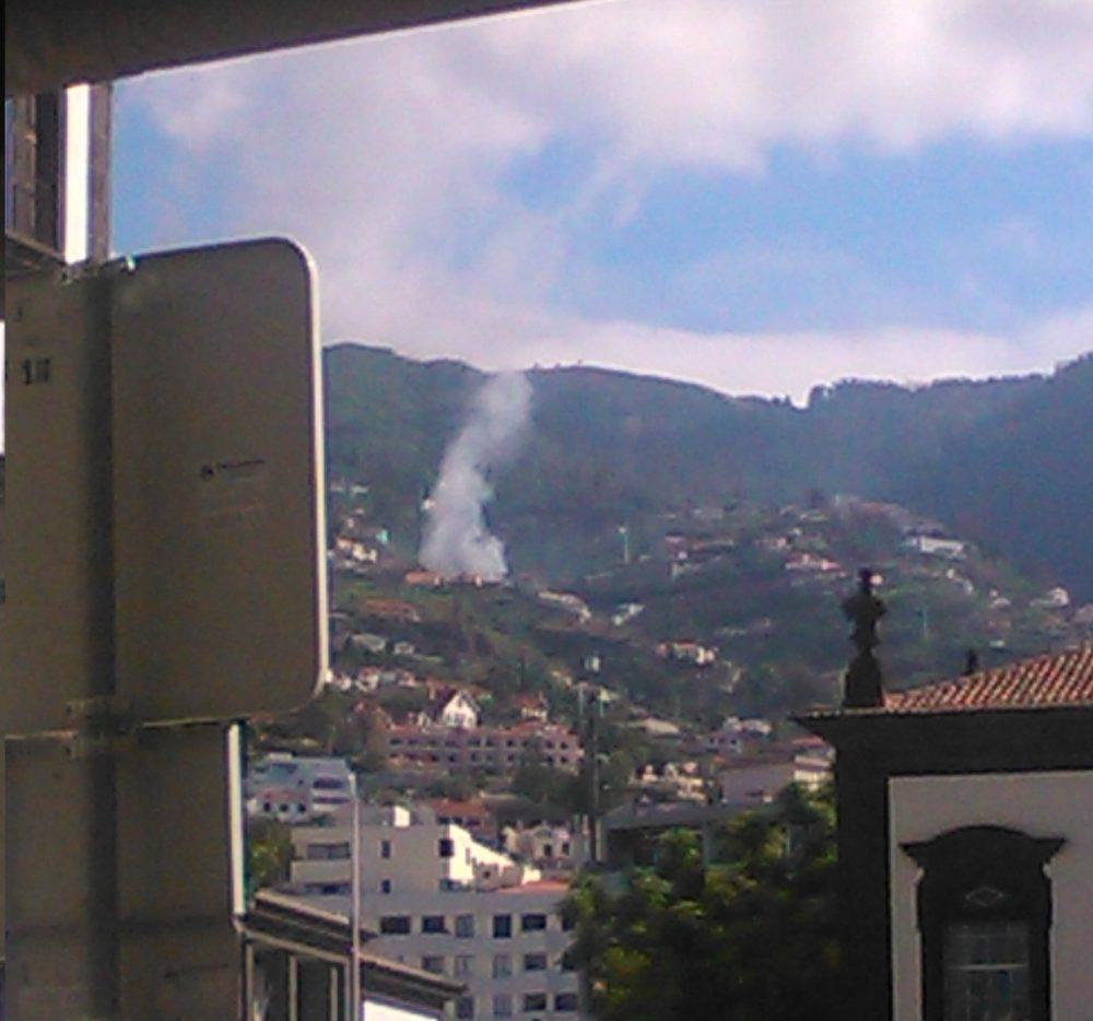 Coluna de fumo no Monte