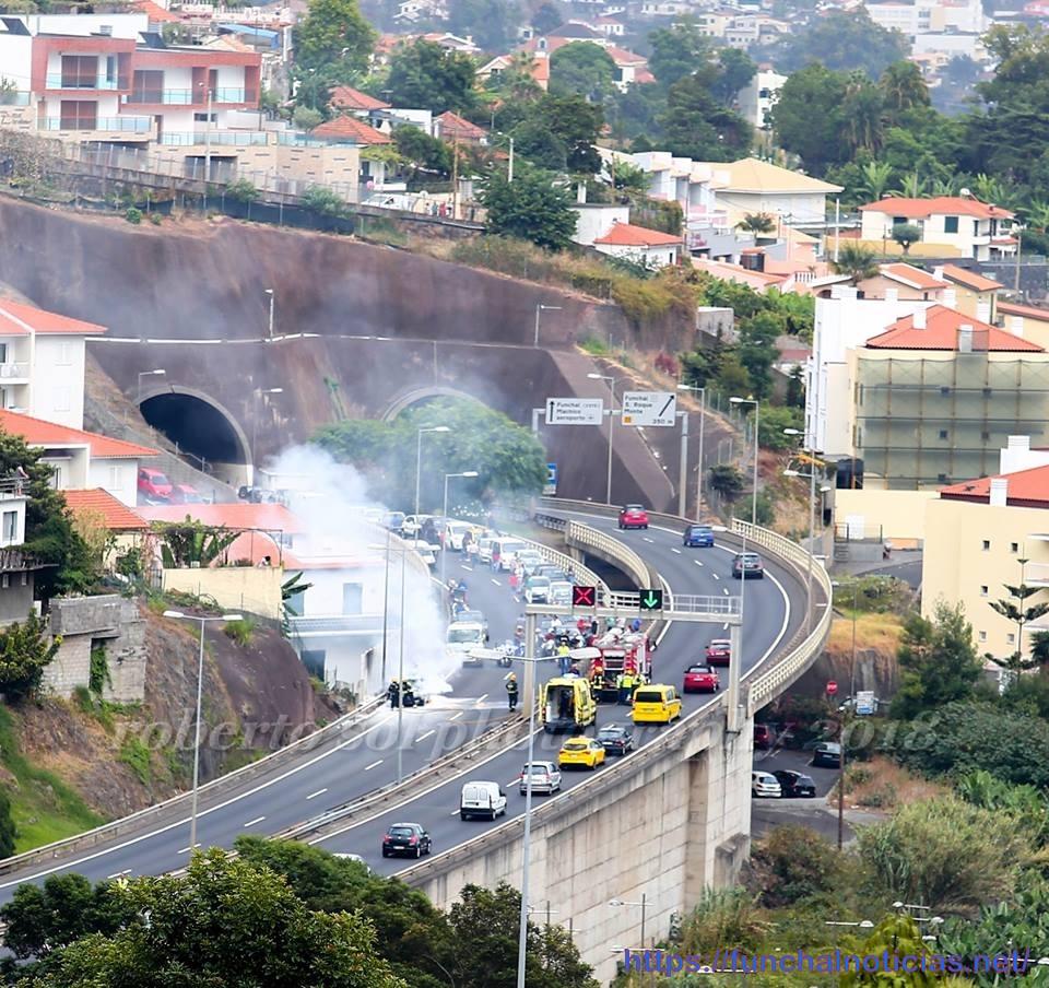 Veja o vídeo do carro a arder na via rápida