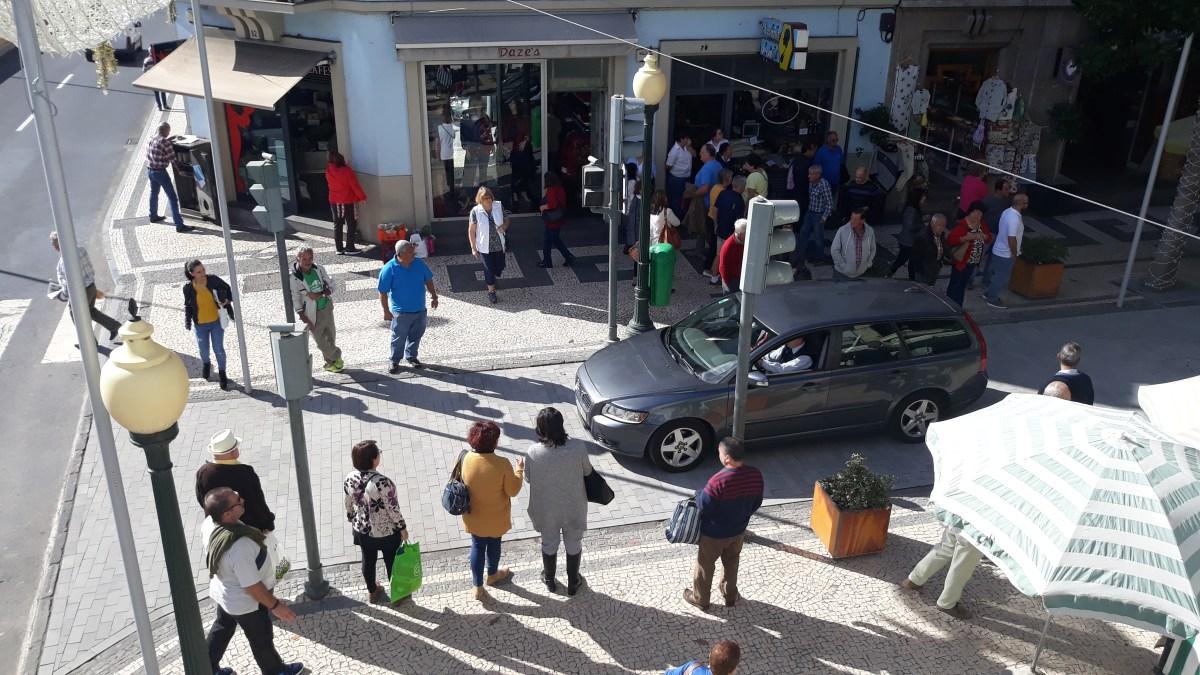 Já passam carros na Rua Dr. Fernão de Ornelas