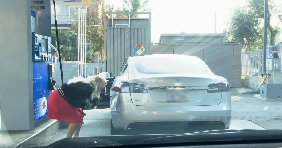 Senhora tenta abastecer Tesla Model S, carro elétrico, numa bomba de gasolina!