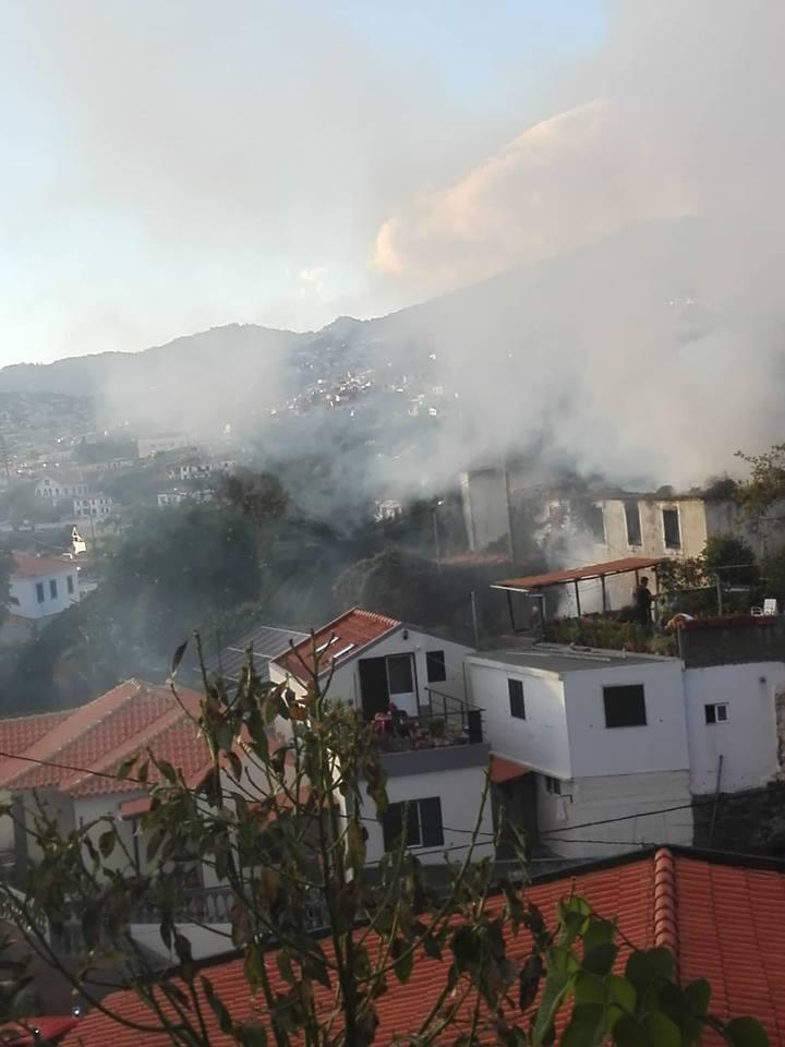 Incêndio numa casa devoluta da cidade leva à intervenção dos Bombeiros